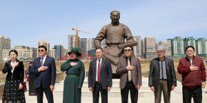 TS・ダムディンスレン銅像の除幕式が行われる